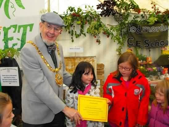 Mayor presents prize for most creative display to Todmorden C of E School